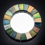 Le miroir fait main dans une texture modifiée la tonalité en bois de cadre a fendu la peinture Photos libres de droits