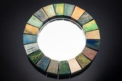 Le miroir fait main dans une texture modifiée la tonalité en bois de cadre a fendu la peinture Photographie stock libre de droits