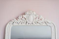 Le miroir vert sont décorés des éléments décoratifs de stuc de la Renaissance, baroques Photo stock