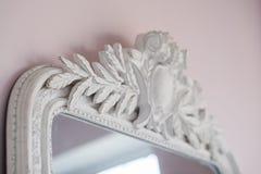 Le miroir vert sont décorés des éléments décoratifs de stuc de la Renaissance, baroques Images libres de droits