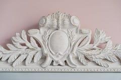 Le miroir vert sont décorés des éléments décoratifs de stuc de la Renaissance, baroques Photographie stock libre de droits