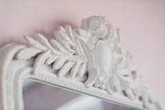 Le miroir vert sont décorés des éléments décoratifs de stuc de la Renaissance, baroques Photos libres de droits