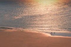 Le miroitement de la lumière chaude d'un coucher du soleil sur la mer images libres de droits