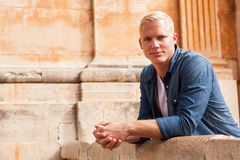 Le MIT de mann d'erwachsener de Junger blonden haaren Images libres de droits