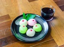 le mochi durcit avec le thé Photographie stock libre de droits