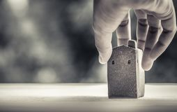 Le modèle à la maison fait à partir de l'argile sur la surface en bois, se tenant par la main droite, a brouillé le bokeh comme f photos stock