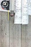 Le modèle architectural roule avec le ruban métrique et la règle de pliage photos stock
