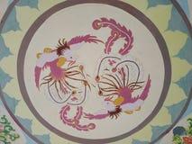 Le modèle circulaire est gravé avec deux phoenixes colorés image stock