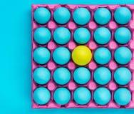 Le modèle créatif des oeufs en pastel, soit vous-même art visuel images stock