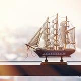Le modèle d'un bateau de navigation se tient sur une fenêtre misted Le concept du voyage Il temps du ` s d'aller à la mer photos libres de droits