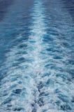 Le modèle de barattage et de bouillonnement de sillage d'un bateau de croisière Photos stock