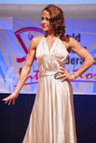 Le modèle de chiffre femelle dans la robe de soirée montre son meilleur Images libres de droits