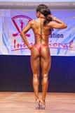 Le modèle de chiffre femelle montre son meilleur au championnat sur l'étape Images stock