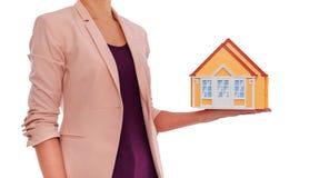 Le modèle de la maison est dans des mains femelles Photos libres de droits