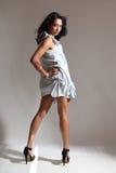 Le modèle de mode sexy de longues pattes pose dans la robe courte Photos libres de droits