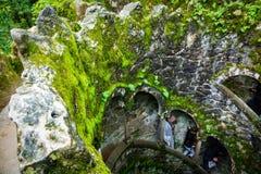 Le modèle de puits d'initiation avec les touristes brouillés dans Sintra Photo stock