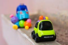 Le modèle de voiture de police avec le jouet d'accident de voiture badine Photos libres de droits