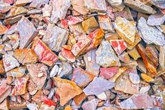 Le modèle du grès varié Un grand tas des grès, espace mémoire de divers grès naturel Fissures et coloré Photo libre de droits