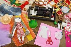 Le modèle fait main de poupée et d'habillement, accessoires de couture vue supérieure, lieu de travail d'ouvrière couturière, bea Photographie stock