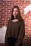 Le modèle fascinant de brune avec de longs cheveux utilise le chandail surdimensionné, photos libres de droits