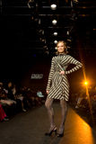 Le modèle femelle à un défilé de mode chez Kisileva se rassemblent Image libre de droits