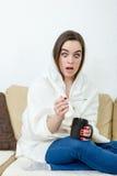 Le modèle femelle a attrapé le froid couvert de couverture blanche à la maison photos stock