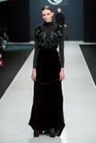Le modèle femelle au défilé de mode Valentin Yudashkin dans la semaine de mode de Moscou, Chute-hiver 2016/2017 Photographie stock libre de droits