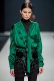 Le modèle femelle au défilé de mode Valentin Yudashkin dans la semaine de mode de Moscou, Chute-hiver 2016/2017 Image libre de droits