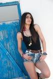 Le modèle femelle utilise le dessus noir et les jeans courts Photos libres de droits