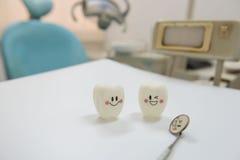 Le modèle joue les dents et l'équipement dans le fond dentaire de chambre photographie stock libre de droits