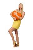 Le modèle juste caucasien dans la robe jaune d'été d'isolement sur le blanc Photo stock