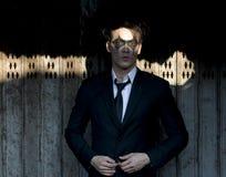 Le modèle mâle dans l'obscurité composent Photographie stock libre de droits