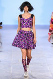 Le modèle marche piste d'Alexandra Frida au printemps 2016 de FTL Moda Photos stock
