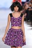 Le modèle marche piste d'Alexandra Frida au printemps 2016 de FTL Moda Image libre de droits