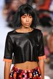 Le modèle marche piste d'Alexandra Frida au printemps 2016 de FTL Moda Photographie stock libre de droits
