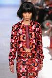 Le modèle marche piste d'Alexandra Frida au printemps 2016 de FTL Moda Images libres de droits