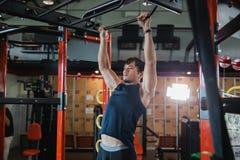 Le modèle masculin musculaire avec le corps parfait faisant la traction se lève images libres de droits