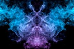 Le modèle mystique et mystérieux d'évaporer la fumée bleue sur un fond noir est semblable dans la conception à une tête étrangère illustration stock