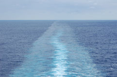 Le modèle presque calme de sillage d'un bateau de croisière Photo stock