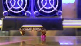 Le modèle rose deviennent isolé de la table pendant l'impression de FDM 3D banque de vidéos