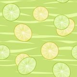 Le modèle sans couture de tranches de chaux et de citron éclaboussent sur le backgroun vert Photographie stock