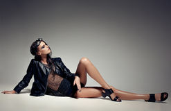 Le modèle de femme a habillé le punk, a mouillé le regard, posant dans le studio Images libres de droits