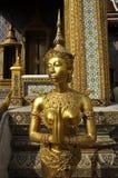Le modèle Thaïlande de femme de sculpture en or prient Photos libres de droits