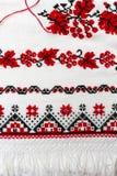 Le modèle traditionnel ukrainien des caractères brodés sur la serviette avec le rouge et le noir filètent Photos libres de droits