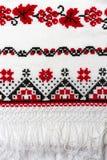 Le modèle traditionnel ukrainien des caractères brodés sur la serviette avec le rouge et le noir filètent Photo stock
