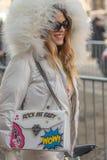 Le modèle utilise un dessus blanc et une veste blanche avec un capot volumineux photo stock
