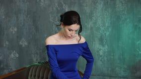 Le mod?le sexy ?l?gant de jeune fille se tient dans une longue robe bleue clips vidéos