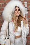 Le mod?le utilise un dessus blanc et une veste blanche avec un capot volumineux image libre de droits