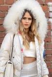 Le mod?le utilise un dessus blanc et une veste blanche avec un capot volumineux photo libre de droits