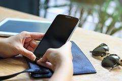 Le mode de vie urbain moderne, la trémie de café, fin du ` s de femmes remet tenir le téléphone intelligent avec l'écran vide de  Photos stock